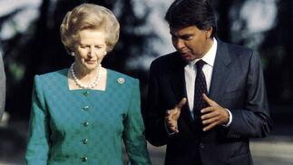 Margaret Thatcher, con Felipe González en 1998.  Foto: EFE