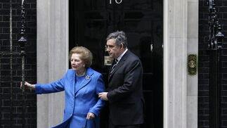 Margaret Thatcher, con el ex primer ministro británico Gordon Brown.  Foto: EFE
