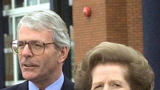 Margaret Thatcher, con John Major.  Foto: EFE