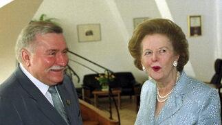 Margaret Thatcher, con el ex presidente polaco Lech Walesa en 2000.  Foto: EFE