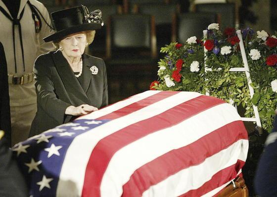 Margaret Thatcher, ante el féretro de Ronald Reagan en 2004.  Foto: EFE