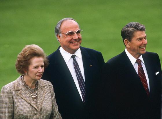 Margaret Thatcher, con el entonces canciller alemán Helmut Kohl y al presidente estadounidense Ronald Reagan en 1985.  Foto: EFE