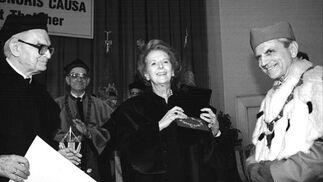 Margaret Thatcher recibe el título de Doctor Honoris Causa de la Universidad de Economía de Poznan (Polonia) en 1996.  Foto: EFE