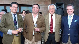 Los presidentes del Club de Golf de Sevilla, Rafael Domínguez; de la OPC Andalucía, José Luis Gandullo, y de la Bodega Delgado Zulueta, José María Bustillo Aguirre, con Javier Compás, de Viñafiel.  Foto: Victoria Ramírez