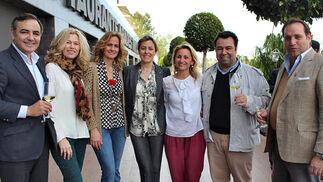Roberto Alés, Lola González Bourrellier y Blanca Parejo (Las Seventies) y Mati Carnerero, Paola Prieto, Rafa Almarcha y Alberto Candau, integrantes del grupo 'Siempre Asi'.  Foto: Victoria Ramírez