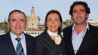 Rafael y Manuel Juliá (Grupo Juliá), con Rocío Silva.  Foto: Victoria Ramírez