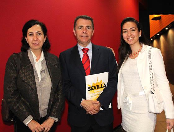 Modesta Hoyuela (Emasesa), José Luis Bonilla, director de Grayling en Andalucía, y la periodista María Graciani.   Foto: Victoria Ramírez