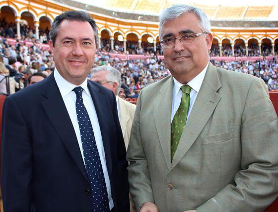Juan Espadas, portavoz socialista del Ayuntamiento de Sevilla, y el rector de la Hispalense, Antonio Ramírez de Arellano.  Foto: Victoria Ramírez