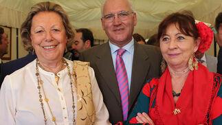Enriqueta Vila, directora de la Real Academia Sevillana de Buenas Letras; Eustasio Cobreros, presidente de la Fundación San Telmo, y Lourdes Reguera.  Foto: Victoria Ramirez