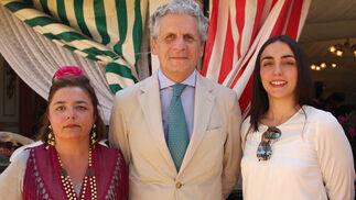 Amparo Fernández, Jacinto Pérez-Elliot, director del Alcázar de Sevilla, y María León Carrillo de Albornoz, secretaria de la Fundación Endesa.  Foto: Victoria Ramirez
