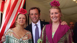 Inmaculada Romero, esposa de Francisco Arteaga; el presidente del Barcelona, Sandro Rosell, y Lali Ruiz de Clavijo.  Foto: Victoria Ramirez