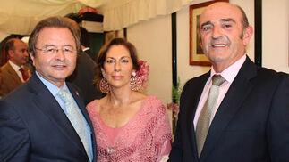 Miguel Jiménez, delegado de Unión Fenosa en Andalucía; Carmen Fernández y Jesús Colom, comandante naval de Sevilla.   Foto: Victoria Ramirez