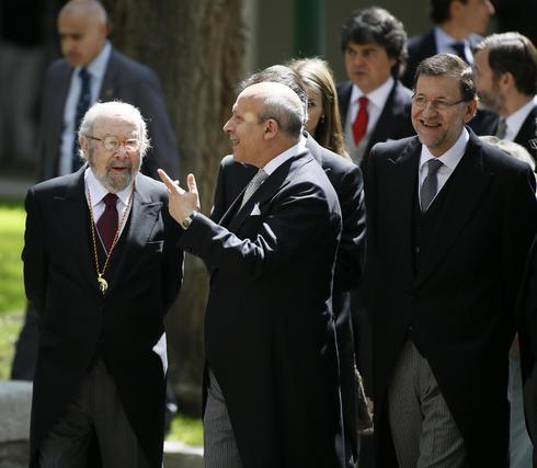 Caballero Bonald conversa con Wert en presencia de Mariano Rajoy. / José Ramón Ladra
