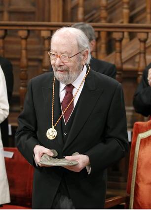 Caballero Bonald, recibe el galardón de manos del Príncipe Felipe. / EFE