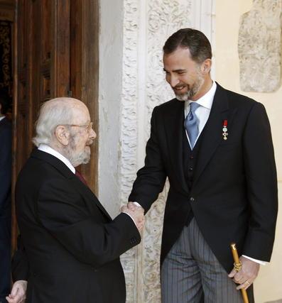 Caballero Bonald saluda al Príncipe Felipe. / EFE