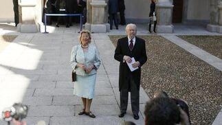 Caballero Bonald, con su esposa, Pepa Ramis, a la llegada al acto. / José Ramón Ladra