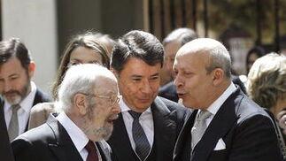 Caballero Bonald conversa con el presidente de la Comunidad de Madrid, Ignacio González, y el Ministro de Cultura, José Ignacio Wert. / José Ramón Ladra