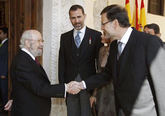 Caballero Bonald saluda a Mariano Rajoy en presencia del Príncipe Felipe. / EFE