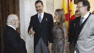 Caballero Bonald, el Príncipe Felipe, la Princesa Letizia y el presidente del Gobierno, Mariano Rajoy. / EFE