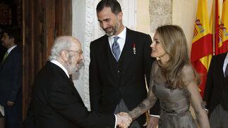 Caballero Bonald, el Príncipe Felipe y la Princesa Letizia. / EFE