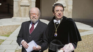 Caballero Bonald, acompañado por el rector de la Universidad de Alcalá de Henares. / EFE