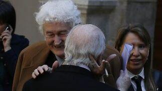 El poeta Félix Grande saluda al galardonado. / José Ramón Ladra