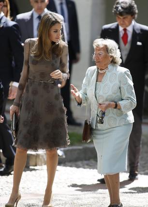 La princesa Letizia conversa con Pepa Ramis. / José Ramón Ladra