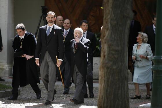 La comitiva sale del acto. / José Ramón Ladra