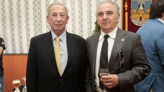 El doctor Carmelo Delfín, con el inspector de la Policía Nacional Luis Casais, ayer en la caseta municipal.  Foto: Fito Carreto