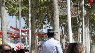 Un caballista pasea por una de las avenidas del recinto de Las Banderas.  Foto: Fito Carreto