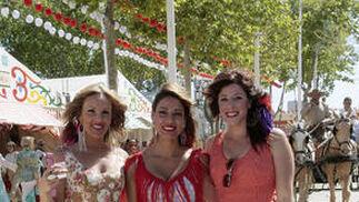 Tres guapas mujeres vestidas de flamenca ayer en Las Banderas.  Foto: Fito Carreto