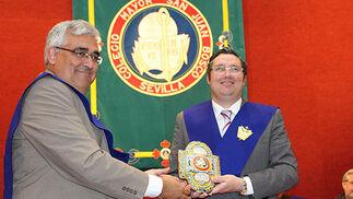 El rector de la Hispalense entrega la distinción a Juan Ignacio Reales Espina,   Foto: Victoria Ramírez