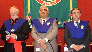 El cardenal Carlos Amigo Vallejo, Antonio Ramírez de Arellano, rector de la Hispalense y el alcalde de Sevilla.  Foto: Victoria Ramírez