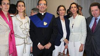 Fabiola,  Reyes e Isabel Domecq, y Paula Serrano-Suñer, con el nuevo ilustre becario de honor Antonio García Reyes SDB, e Isaac Camacho.   Foto: Victoria Ramírez