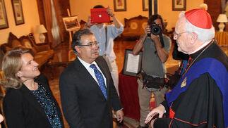 El cardenal Carlos Amigo Vallejo saluda al alcalde de Sevilla y a su esposa, Beatriz Alcázar.  Foto: Victoria Ramírez
