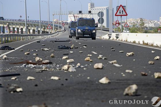 Los trabajadores del astillero de Puerto Real destrozaron el carril reversible y provocaron el colapso de la Bahía.  Foto: Julio González