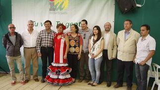 Los representantes políticos de Izquierda Unida de El Puerto, en un encuentro mantenido con los medios de comunicación locales en la caseta del partido.  Foto: Andres Mora - Fito Carreto