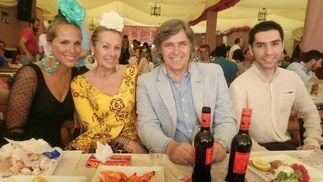 Parte del jurado de Miss Flamenca 2013, disfrutando de un almuerzo en la caseta La Madrugá.  Foto: Andres Mora - Fito Carreto