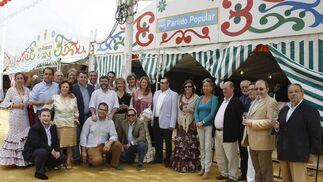 Antonio Sanz estuvo ayer en la caseta del Partido Popular junto al diputado Alfonso Candón, el alcalde Enrique Moresco y otros concejales y militantes de la formación política. /Andrés Mora