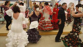 Un grupo baila en una de las casetas del recinto ferial de Las Banderas. La buena afluencia de público está siendo una de las notas dominantes de esta edición. /Andrés Mora