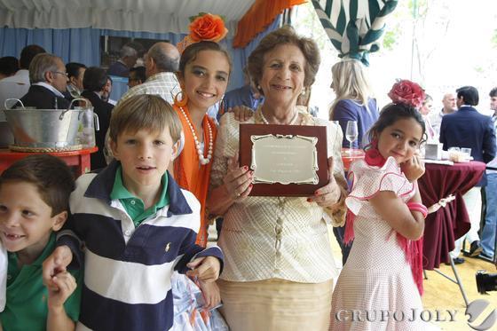 Loti Benjumeda recibió ayer un homenaje de sus compañeros del Partido Popular por sus años de entrega a la formación. /Andrés Mora