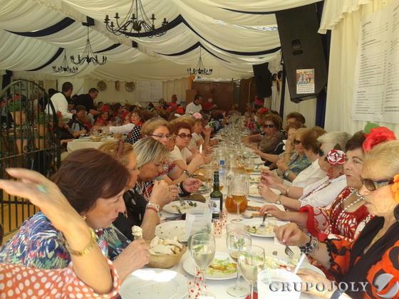 La asociación de amas de casa Virgen de los Milagros celebró un almuerzo de convivencia en la caseta de Los Romero.