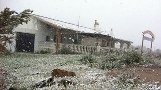 La nieve ha cuajado en algunos tejados.  Foto: J. Flores