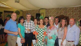 Bernardo García, Miguel Vargas, Javier Moreno, Joaquín Fernández y Javier Gordillo, con sus respectivas esposas en la Feria de Primavera portuense.  Foto: Diario de Cádiz