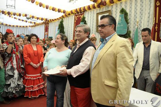 Entrega de los premios del concurso de los patios, ayer en la Caseta Municipal. Los galardonados recibieron un plato de cerámica y los tradicionales delantales.  Foto: Diario de Cádiz