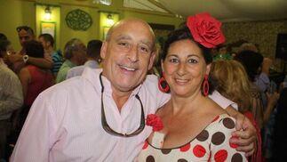 Manolo Herrera y esposa, luciendo un traje de flamenca de lunares rojos mezclados con los marrones.  Foto: Diario de Cádiz