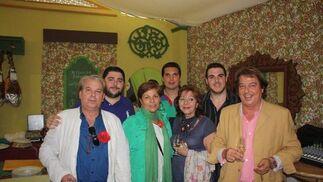 Manolo Muñoz y su familia, disfrutando de una jornada en el Real de El Puerto.  Foto: Diario de Cádiz