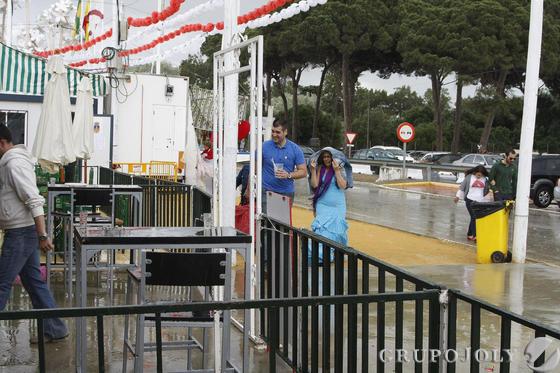 La lluvia y el frío empañaron la jornada en el recinto ferial de Las Banderas.  Foto: Andrés Mora