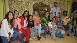 Los integrantes del cuadro flamenco que actúa en la caseta Revuelo, una de las más animadas del recinto y que está destacando además por su buena cocina.   Foto: Diario de Cádiz