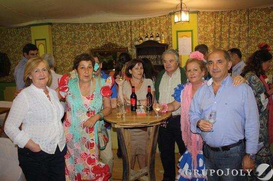 Antonio García, Carmen Blanco, José María Calero, y Pilar Ruiz, junto a unos amigos en la caseta Revuelo.  Foto: Fito Carreto